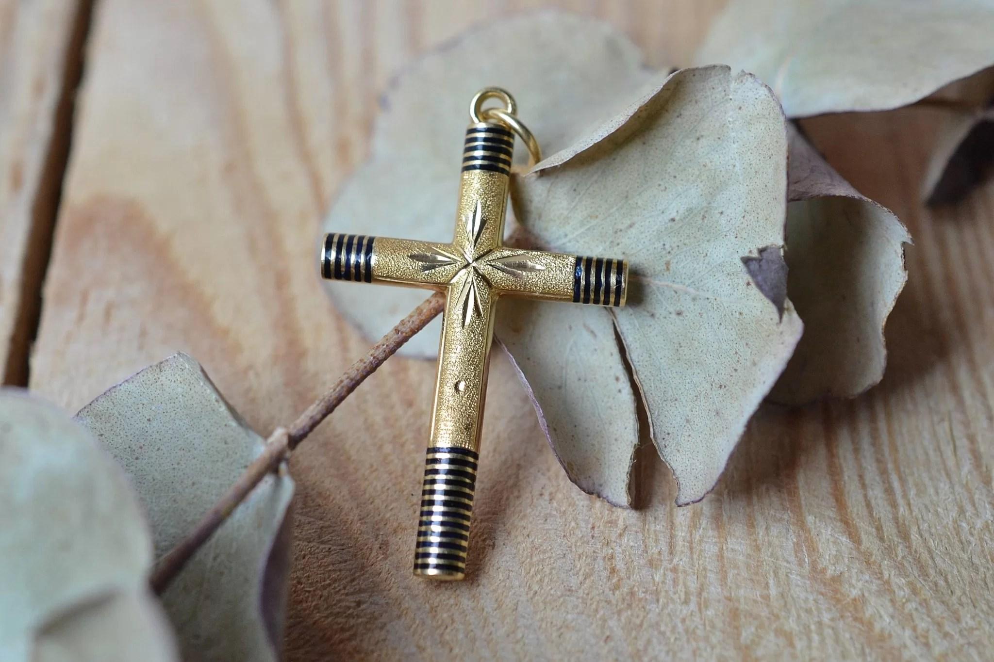 Pendentif croix en Or jaune émaillé - bijou ancien