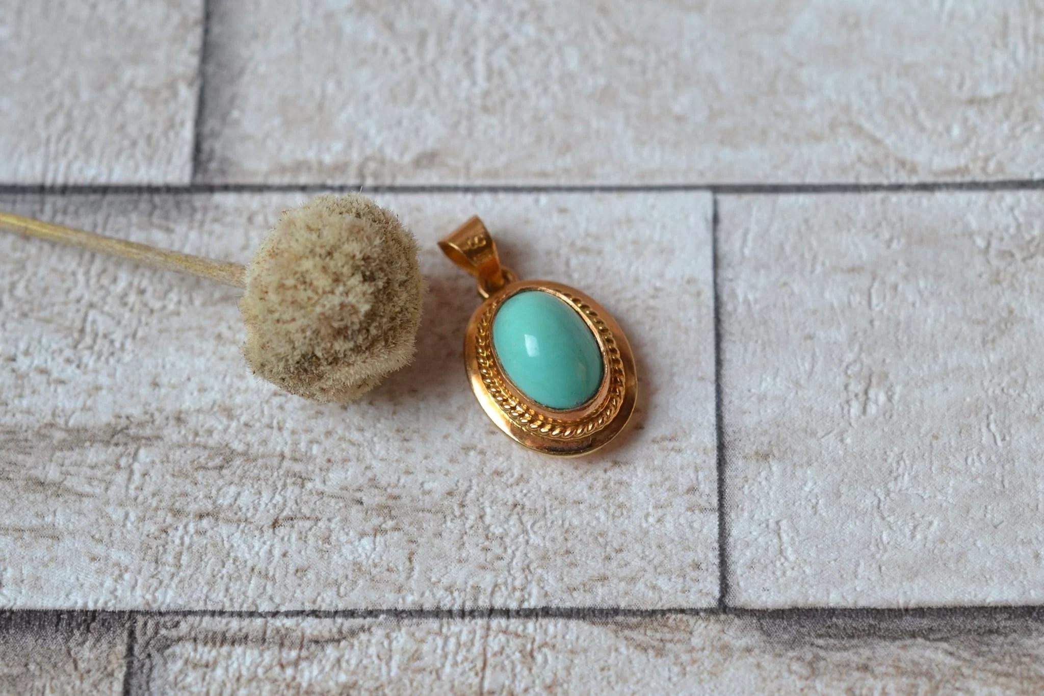 Pendentif En Or Jaune Centré D_une Turquoise En Serti-clos - Bijou Ancien