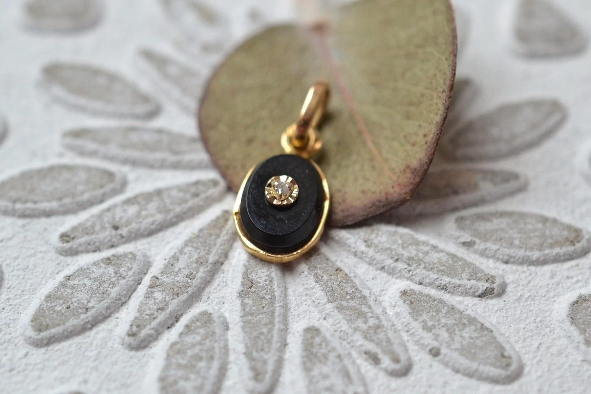 Pendentif en Or jaune rosé serti d_une plaque d_Onyx agrémentée d_un diamant - bijou Vintage et rétro