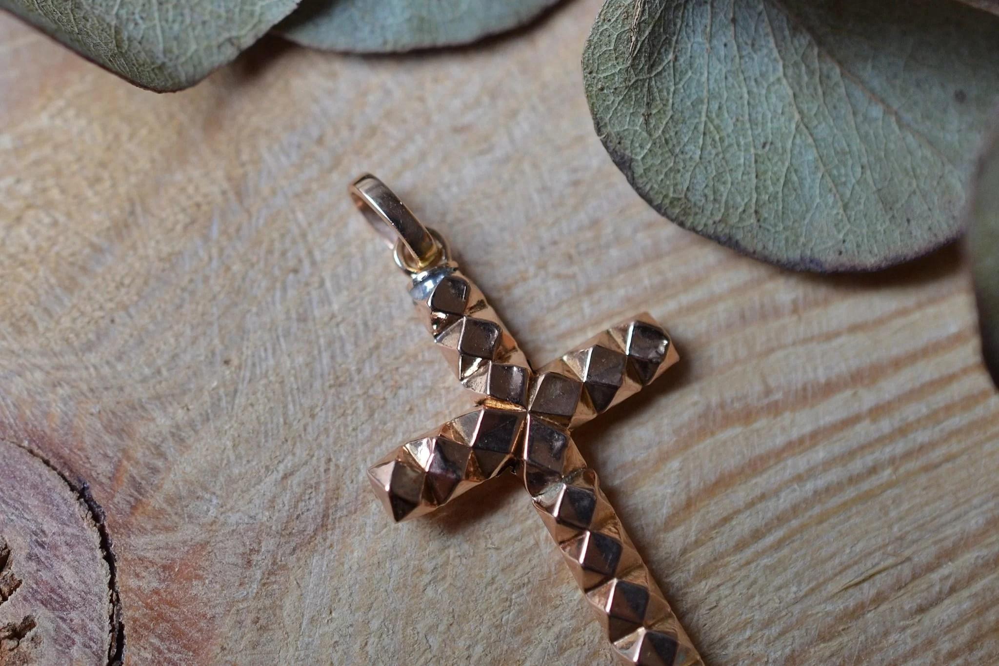 Pendentif en forme de croix facettée en Or rose - bijou d_occasion