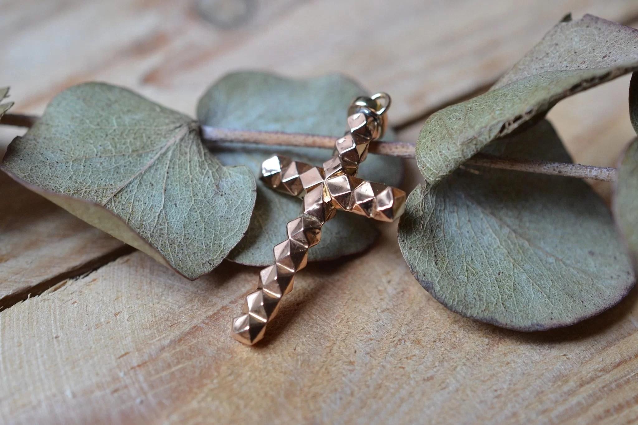 Pendentif en forme de croix facettée en Or rose - bijou de seconde main