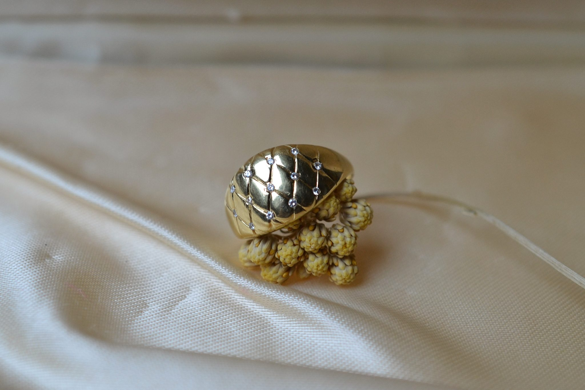 Bague-en-Or-jaune-motif-decor-croise-agremente-de-pierres-blanches-bague-ancienne