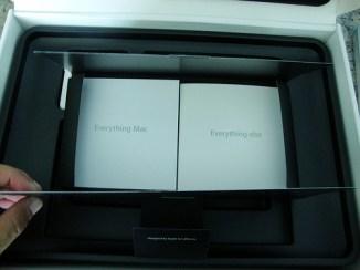 A la izquierda: instrucciones, etc. A la derecha: Snow Leopard DVD, calcomanías Apple.
