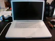 Viene con un protector esponjoso para cubrir el teclado y el pad.