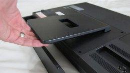Soporte para la computadora (hay que levantarlo aplicando cierta fuerza hasta que quede en su lugar)