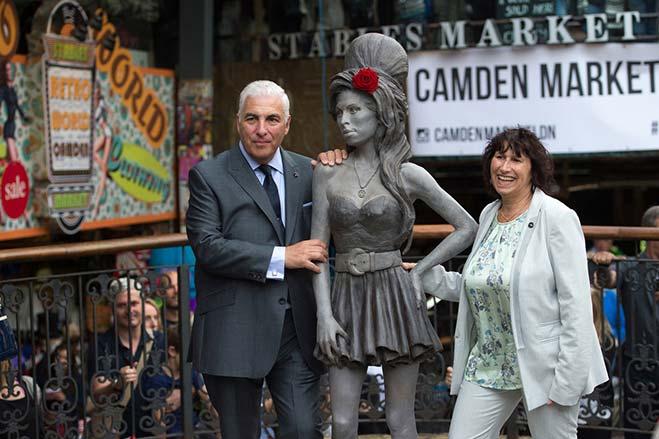 padres-de-Amy-Winehouse-junto-a-su-estatua