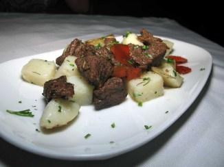 Parrilla de carne con papas horneadas