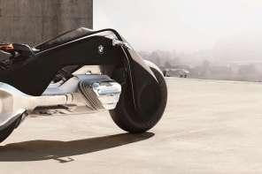 Senza casco e sempre in piedi: è la moto del futuro