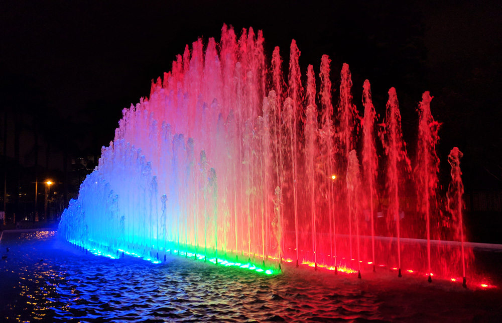 Rainbow colored fountain at the Parque de la Reserva