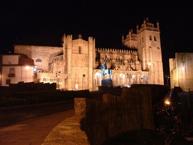 Porto Cathedral at night (Source: Nuno Tavares/Wikimedia).