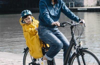 Rainette, l'imperméable des bouts de choux sur les vélos des parents !