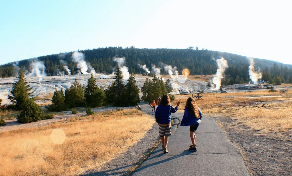 Yellowstone national park one day itinerary-walking to see the geysers