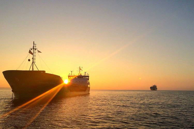 Zeeschip bij zonsopkomst