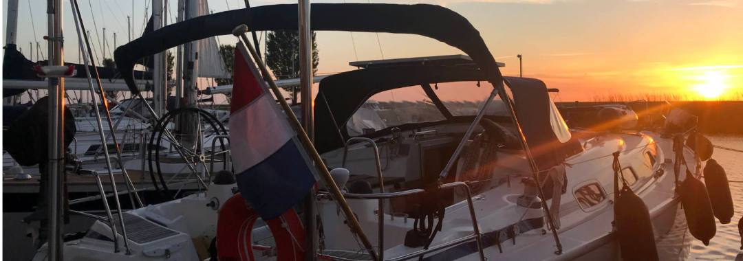 Nomas zonder mast bij zonsondergang