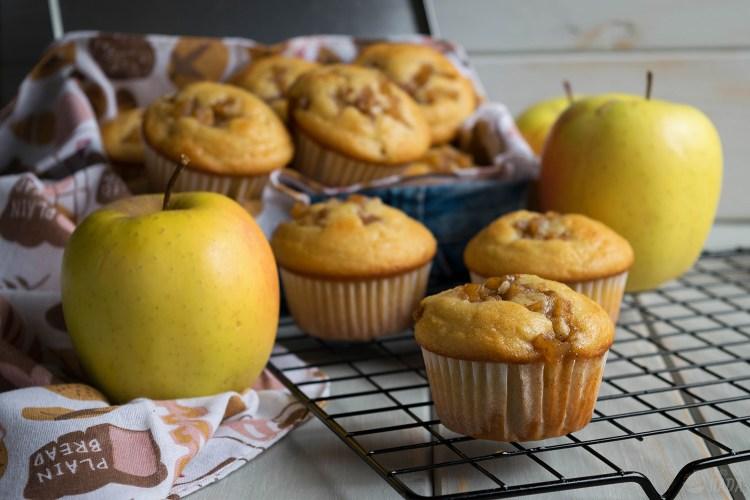 Magdalenas con manzana caramelizada