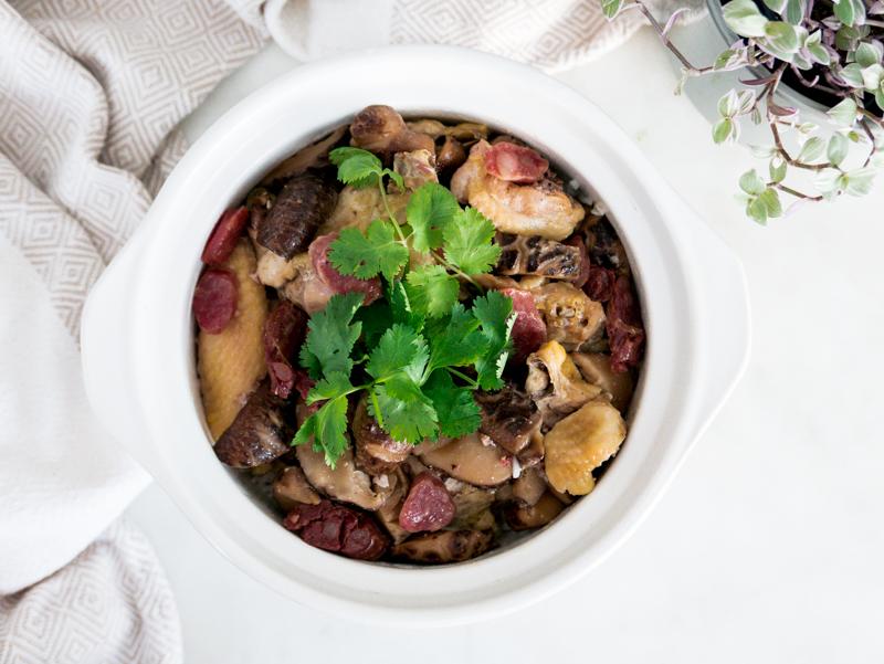 臘腸冬菇滑雞煲仔飯 Steamed Chicken with Chinese Mushrooms and Sausages Claypot Rice