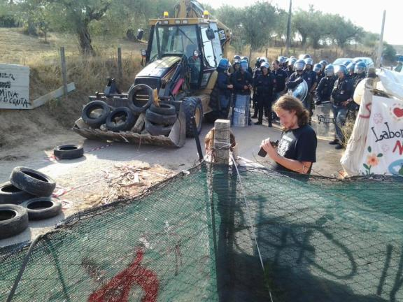 Sgombero barricata davanti al presidio permanente di c/da Ulmo