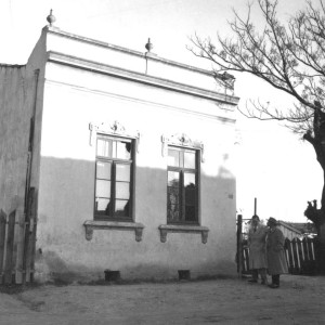 Lupicínio com Hamilton Chaves em frente à casa dos Rodrigues na Ilhota, em 1952 (Foto: reprodução)