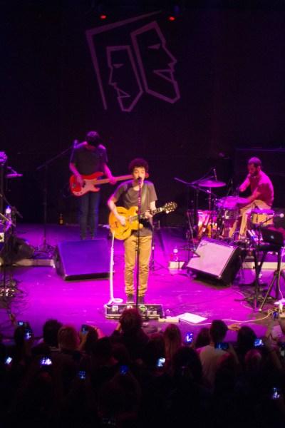 Cícero se apresentou pela quarta vez em Porto Alegre, agora em turnê com o disco A Praia
