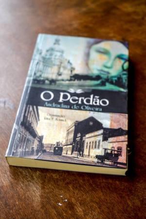 Exemplar de O Perdão, de Andradina de Oliveira (Foto: Lidiane Bach/Nonada)