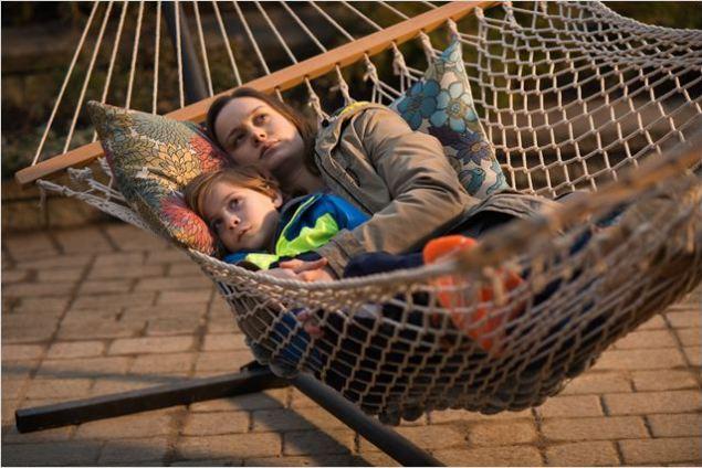 Jovem, sequestrada cria seu filho em um cativeiro fazendo o possível para que ele tenha uma vida agradável (Crédito: A24/ Divulgação)