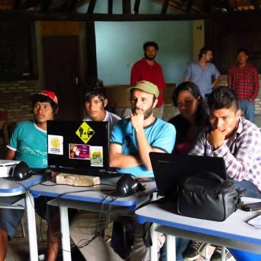 Kuerys trabalhando na edição (Foto: divulgação)