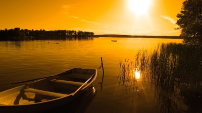 barca_e_lago_al_tramonto_giallo