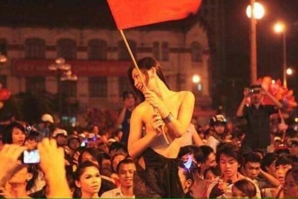 Image result for Thanh niên Việt Nam mừng bóng đá U23