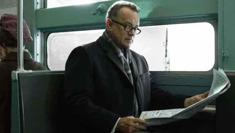 Una scena de Il ponte delle spie, che ha come protagonista Tom Hanks, Steven Spielberg, giornale, treno