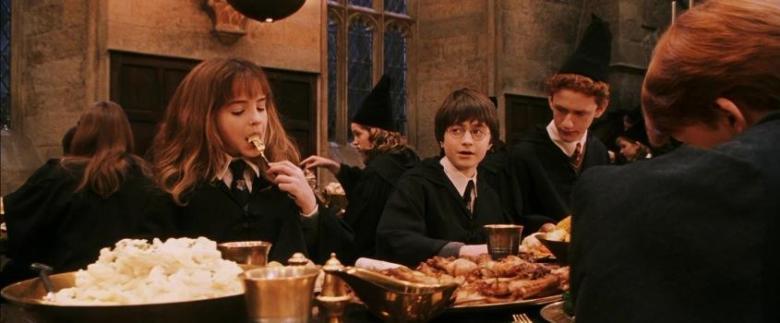 Harry Potter e la pietra filosofale frasi, citazioni e dialoghi di Chris Columbus con Daniel Radcliffe, Rupert Grint, Emma Watson, tavola imbandita