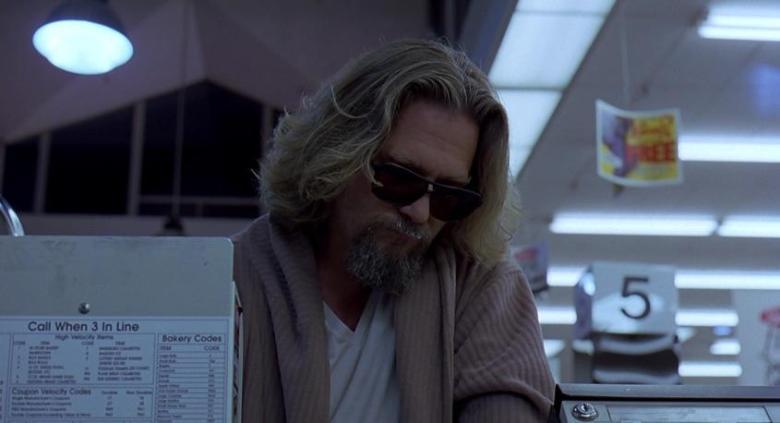 Il grande Lebowski frasi, citazioni e dialoghi di Joel Coen con Jeff Bridges, John Goodman, Julianne Moore, Steve Buscemi, alla cassa del supermercato