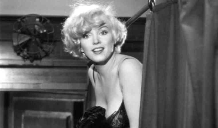 Una scena di A qualcuno piace caldo, che ha come protagonista Marilyn Monroe - Frasi sul sesso degli attori e dei registi