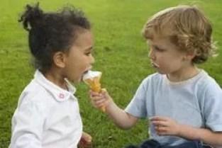 Risultati immagini per altruismo bambini