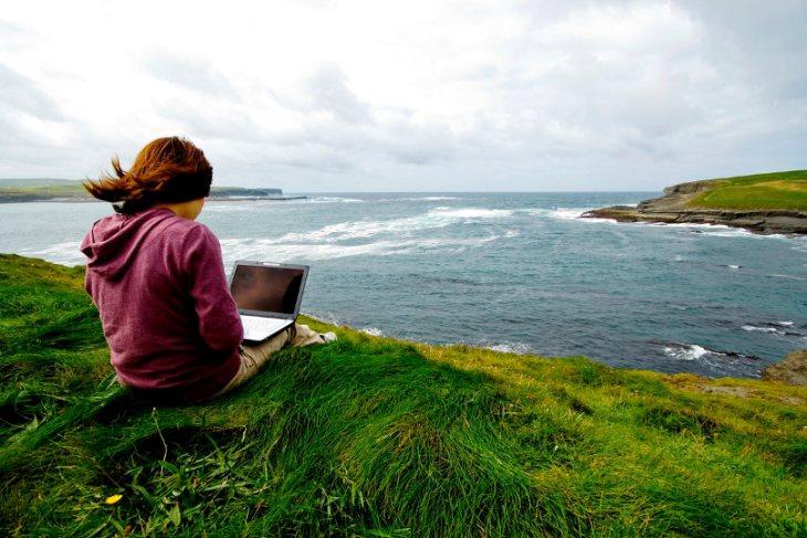 Lifestyle entrepreneur works outdoor
