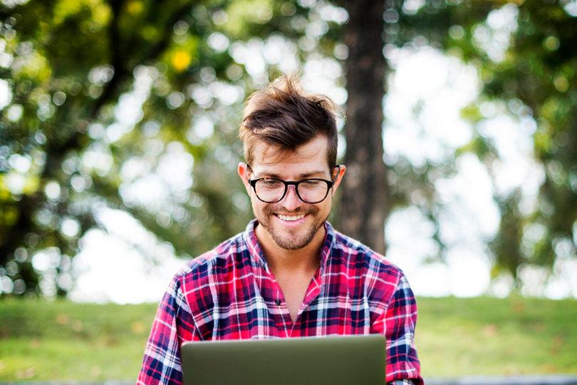 Marketer taking online marketing course