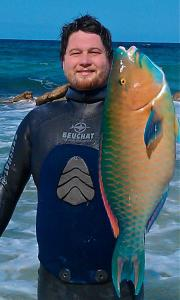 Rogues Kinnear with a sweet Male Bluebar Parrot Fish. Guide for Shore Dive Spearfishing