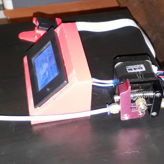 Le moteur du filamment avec un écran de controle de la charge du plateau chauffant