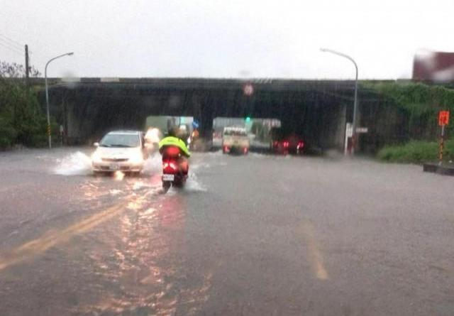 台南大雨,仁德部分地區積淹。(記者吳俊鋒翻攝)