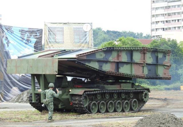 圖為日前南投縣民安6號演習今登場,模擬國軍出動履帶機動橋車架橋。記者賴香珊攝影/報系資料照