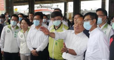 高雄市長陳其邁(右一)上任第二天,行政院長蘇貞昌(右二)立馬到高雄宣布50億元的漁港改造計畫。記者徐白櫻/攝影