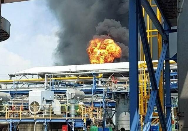 亞聚林園廠今天下午發生火警,火煙冒起,但不久即滅。圖/高雄市環保局提供
