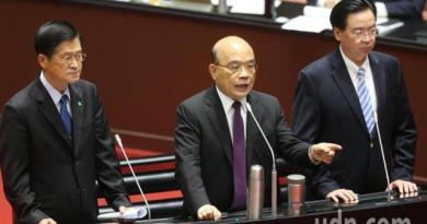 針對兩岸情勢,行政院長蘇貞昌(中)表示,「自己的國家自己守,自己的國家自己救!」,並強調「台灣不會倒」。記者曾學仁/攝影
