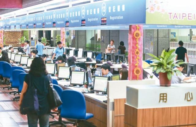 軍公教人員退撫基金提撥費率從明年起每年調高百分之一,圖為台北市政府公務員上班情形。圖/聯合報系資料照片