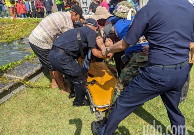 旁人見狀,立刻將盧啟村拉進水池滅火,並且立刻派員呼叫救護車送醫救治。記者陳弘逸/攝影