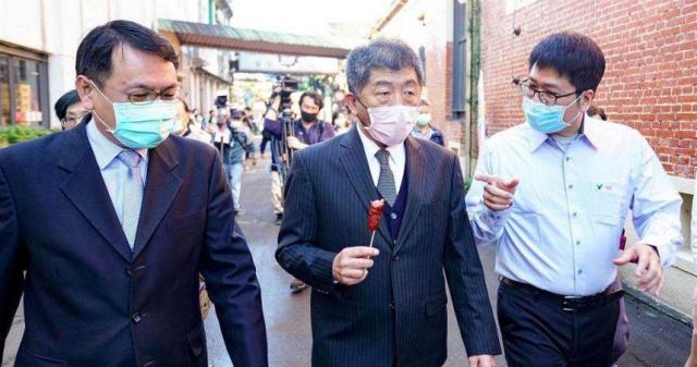衛福部長陳時中今赴宜蘭了解產地標示試辦區狀況,還品嘗紅麴香腸。(圖/中國時報李忠一攝)