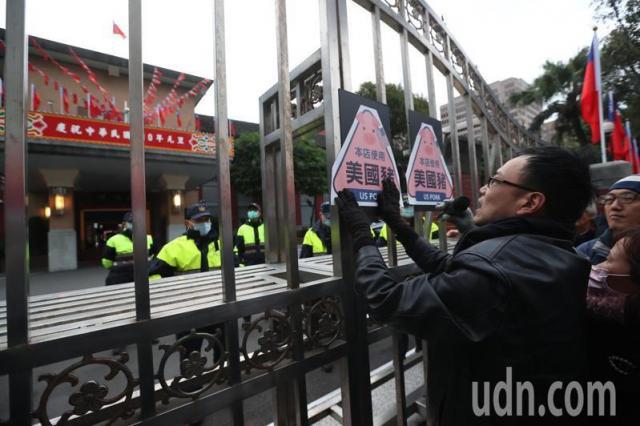 反萊豬團體上午遊行至立法院抗議,並貼上美國豬標語抗議。記者葉信菉/攝影