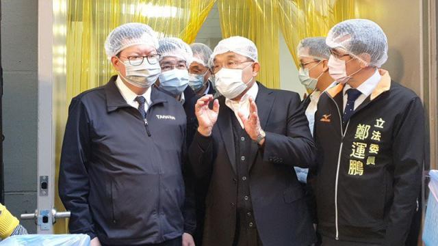 行政院長蘇貞昌(中)昨天視察國小營養午餐食材國產化機制。蘇說,中央從源頭把關,就沒有含萊克多巴胺的豬肉,如果在標準值以下也會「萊豬追追追」。記者鄭國樑/攝影
