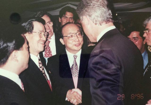 前駐美代表胡志強臉書貼文,向柯林頓介紹蕭萬長。圖/取自胡志臉書