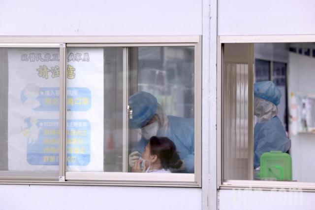 部立桃園醫院群聚感染擴大採檢。設在急診室外的篩檢站,陸續有人進行採檢。記者黃義書/攝影