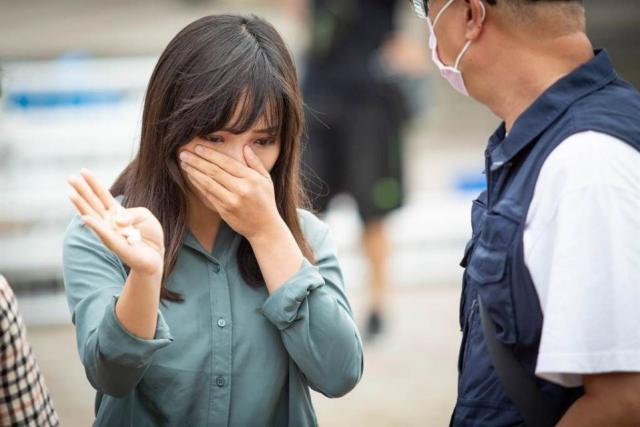 高雄市議員黃捷去年6月到景行廳弔念許崑源,哭著走出靈堂。(資料照,袁庭堯攝)